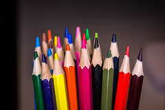 Lápis coloridos no fundo preto Fotografia de Stock