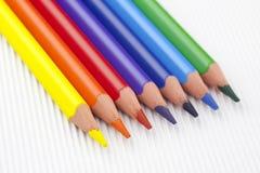 Lápis coloridos no fundo Textured branco Fotos de Stock