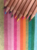 Lápis coloridos no papel colorido fotografia de stock