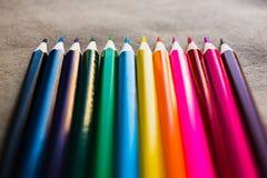 Lápis coloridos no papel do artesanato Imagens de Stock