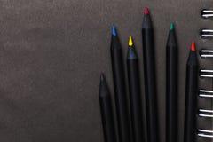 Lápis coloridos para esboçar no papel preto com espaço da cópia fotos de stock