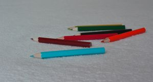 Lápis coloridos pequenos para os desenhos das jovens crianças imagem de stock royalty free