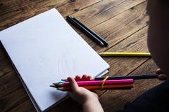 Lápis coloridos posses do rapaz pequeno fotos de stock