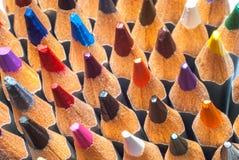 Lápis coloridos Sharpened Uma pilha de lápis coloridos Apronte para pintar fotografia de stock
