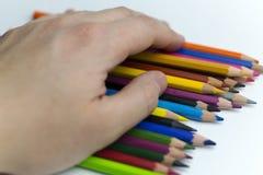 Lápis coloridos terra arrendada da mão fotos de stock royalty free
