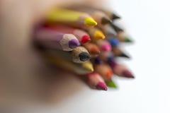 Lápis coloridos terra arrendada da mão fotografia de stock
