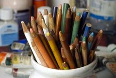 Lápis coloridos velhos fotografia de stock royalty free