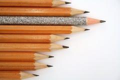 Lápis comemorativo entre lápis usuais da esquerda Foto de Stock