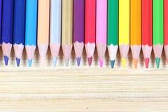 Lápis da cor com fundo de madeira Imagens de Stock
