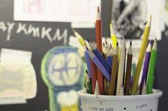 Lápis da cor com parede criativa Fotografia de Stock Royalty Free