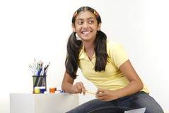 Lápis da cor da terra arrendada da menina da escola foto de stock royalty free
