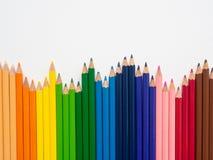 Lápis da cor do close up isolados no fundo branco A arte concentrada imagem de stock