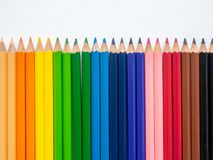 Lápis da cor do close up isolados no fundo branco A arte concentrada imagens de stock