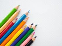 Lápis da cor do close up isolados no fundo do Livro Branco Educat fotos de stock royalty free