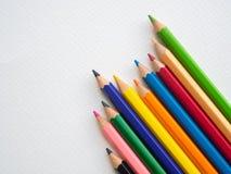 Lápis da cor do close up isolados no fundo do Livro Branco Educat imagem de stock