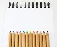 Lápis da cor do livro do esboço Fotos de Stock Royalty Free
