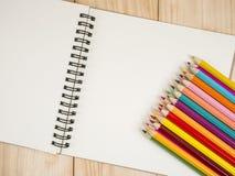 Lápis da cor e caderno 20 Imagem de Stock
