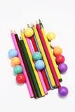 Lápis da cor e esferas da cor imagens de stock royalty free
