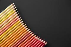 Lápis da cor em um fundo preto imagens de stock royalty free