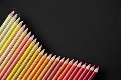Lápis da cor em um fundo preto imagens de stock