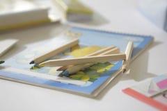 Lápis da cor em um livro fotos de stock