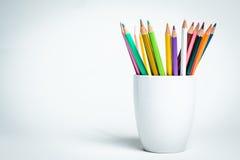 Lápis da cor em uma caneca branca Fotografia de Stock Royalty Free
