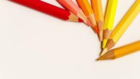 Lápis da cor espalhados ao redor, parada-movimento video estoque