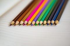 Lápis da cor no fundo branco do caderno Fim acima Scoo do conceito Fotos de Stock Royalty Free