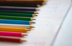 Lápis da cor no fundo branco do caderno Fim acima Scool do conceito Foto de Stock Royalty Free