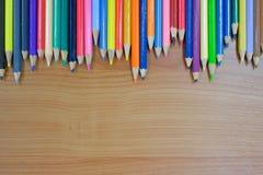 Lápis da cor no fundo de madeira fotografia de stock royalty free
