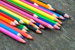Lápis da cor no fundo de madeira imagens de stock royalty free