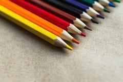 Lápis da cor no papel do artesanato Fotos de Stock
