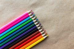 Lápis da cor no papel do ofício, diagonal Imagens de Stock