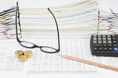 Lápis de Brown com espetáculos e as moedas de ouro verticais Foto de Stock