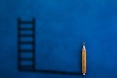 Lápis de madeira com sombra na forma da escada Foto de Stock