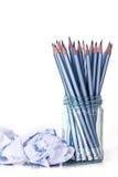 lápis de prata no frasco de vidro com o papel amarrotado na parte traseira do branco Imagens de Stock Royalty Free