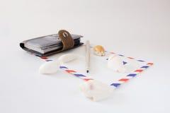 Lápis do envelope do caderno em um fundo branco Fotos de Stock Royalty Free