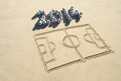 A lápis 2014 do passo do futebol do futebol desenho na areia Imagem de Stock