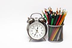 Lápis do relógio e do dinheiro tempo do conceito foto de stock