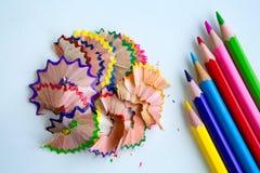 Lápis e aparas coloridos fotografia de stock royalty free