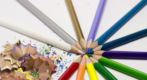 Lápis e aparas de madeira coloridos Foto de Stock Royalty Free