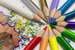 Lápis e aparas de madeira coloridos Imagens de Stock