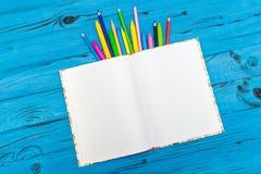 Lápis e bloco de notas da cor Conceito da escola Fotos de Stock Royalty Free