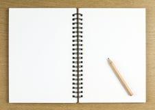 Lápis e caderno aberto placa Foto de Stock