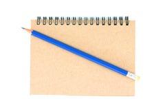 Lápis e caderno no fundo branco Fotografia de Stock Royalty Free