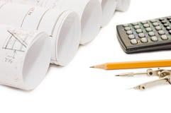Lápis e calculadora isolados sobre o branco imagens de stock