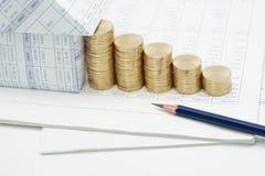 Lápis e casa com a pilha da etapa de moedas de ouro Imagens de Stock Royalty Free