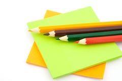 Lápis e etiquetas coloridos Foto de Stock Royalty Free