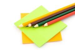 Lápis e etiquetas coloridos Imagem de Stock