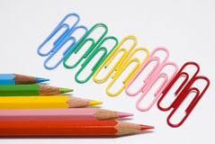 Lápis e grampos coloridos Foto de Stock